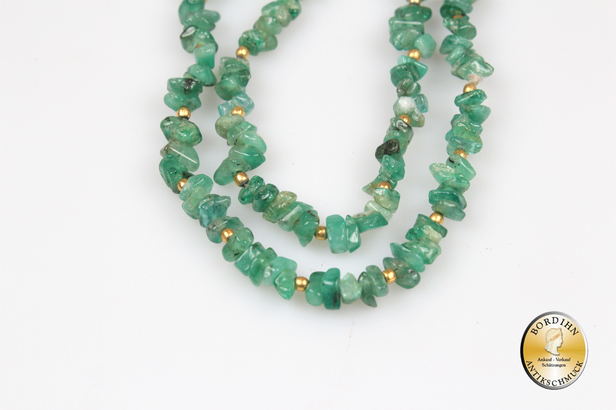 Collier; Smaragdstrang mit vergoldeten Kügelchen