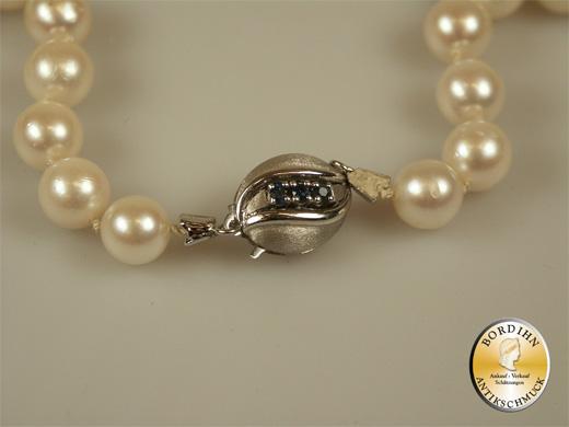Perlkette; Schloß 14K Gold mit 3 Saphiren, Zuchtperlen