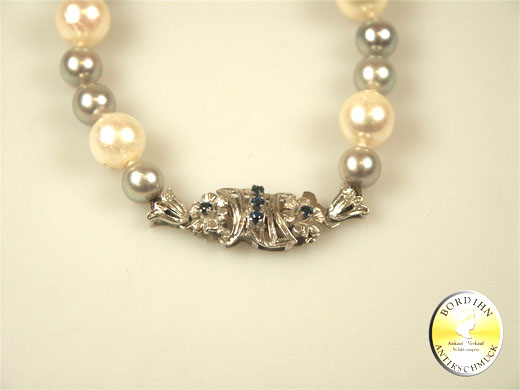 Perlkette; mit Schloß in 18 Karat Weissgold und Safiren
