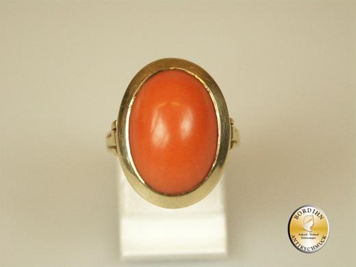 Ring; 14 Karat Gold mit einer grossen Koralle