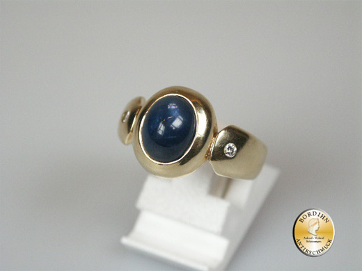 Ring; 14 Karat Gold, 1 Stern Safir, 2 Brillanten