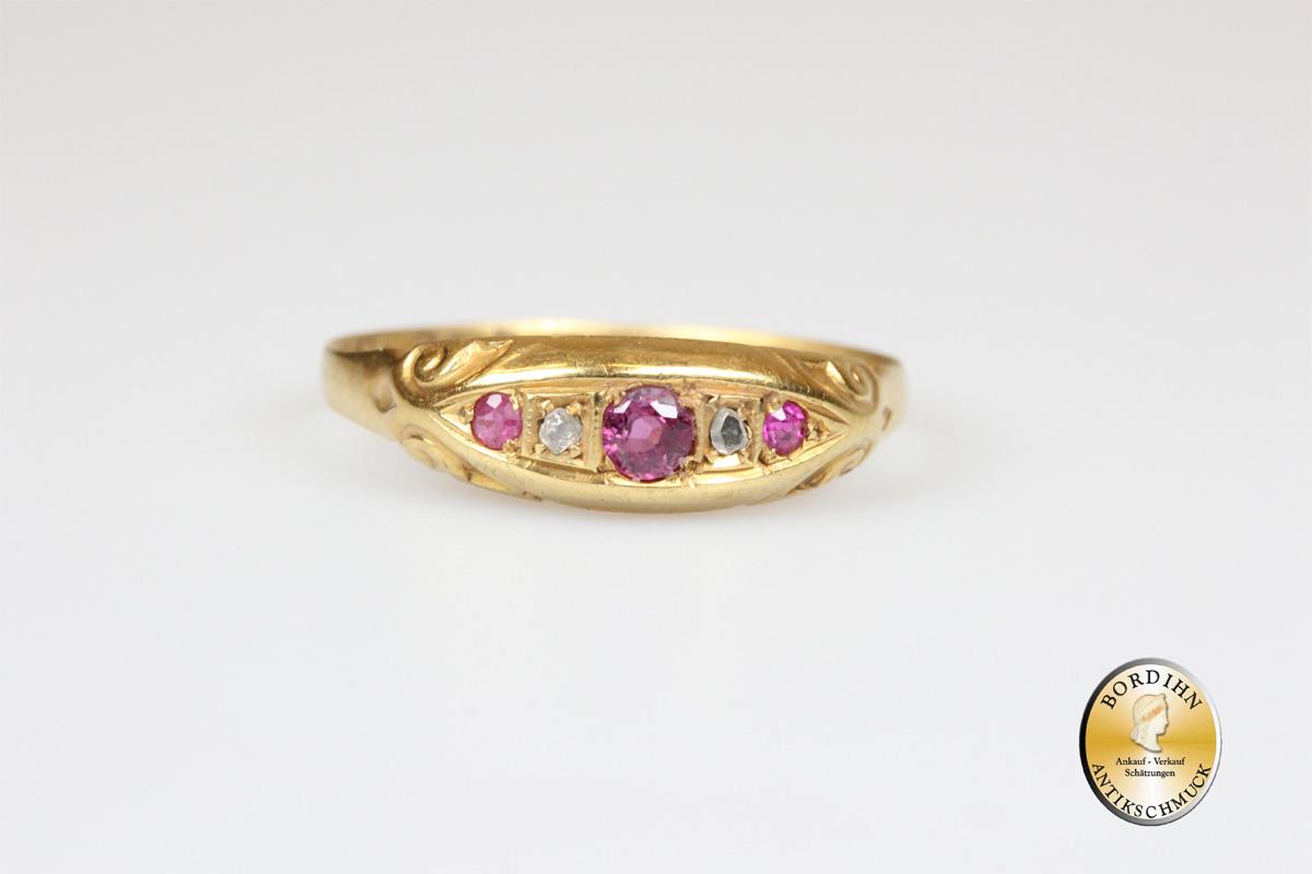 Ring; 18 Karat Gold, 3 Rubine und 2 Diamanten, antik
