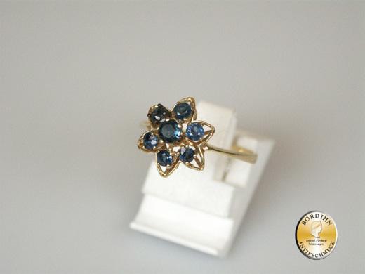 Ring; 14 Karat Gold mit sieben Safiren