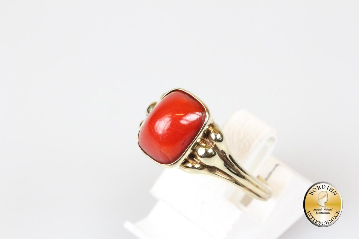 Ring; 8 Karat Gold, Koralle
