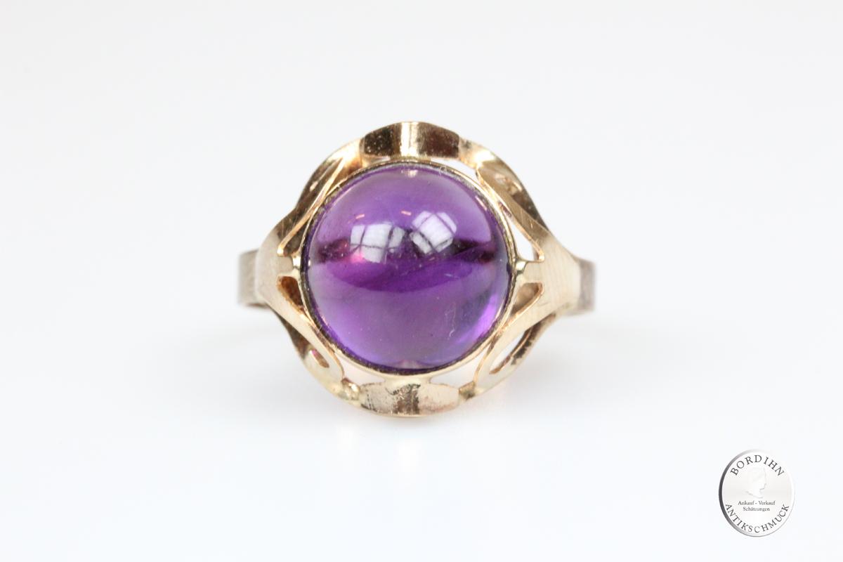 Ring; 8 Karat Gold, Amethyst