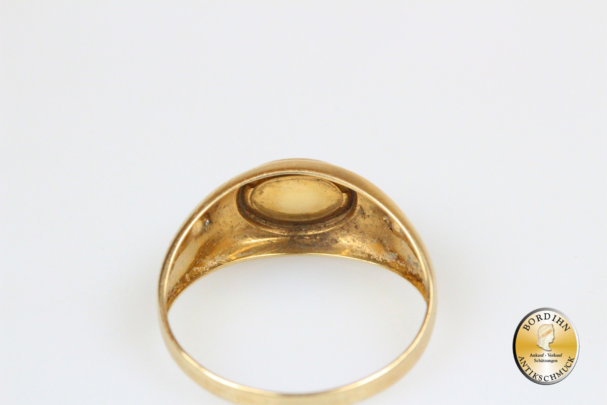 Ring; 8 Karat Gold, 1 Rubin, 2 Diamanten