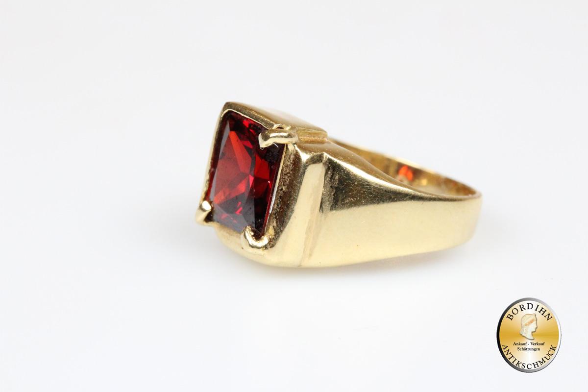 Ring; 18 Karat Gold mit Granat