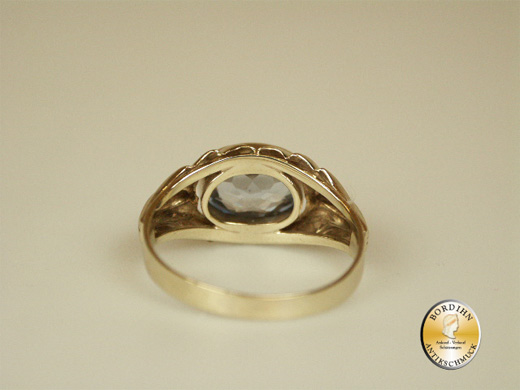 Ring; 8 Karat Gold, syntetischer Spinell, verziert