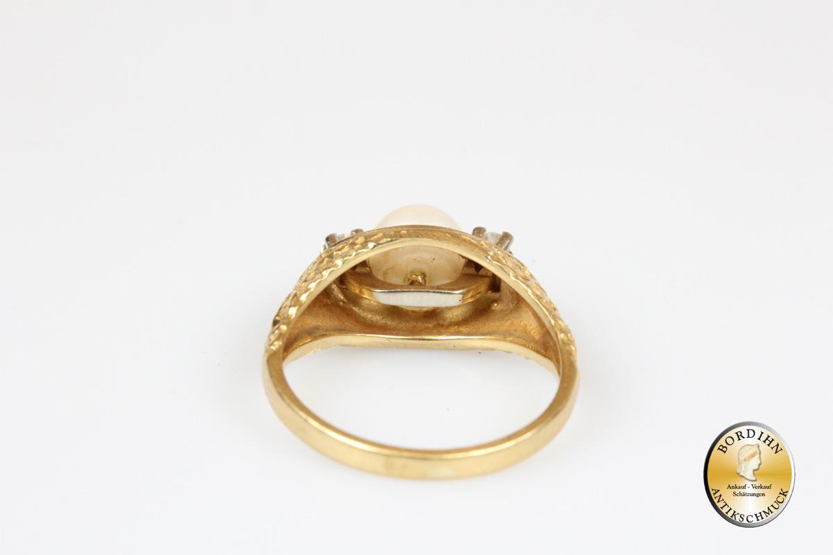 Ring; 18 Karat Gold mit einer Perle, zwei Brillanten