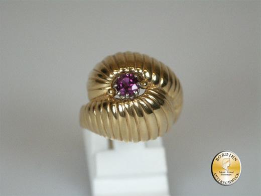 Ring; 18 Karat Gold mit Rubin, um 1970