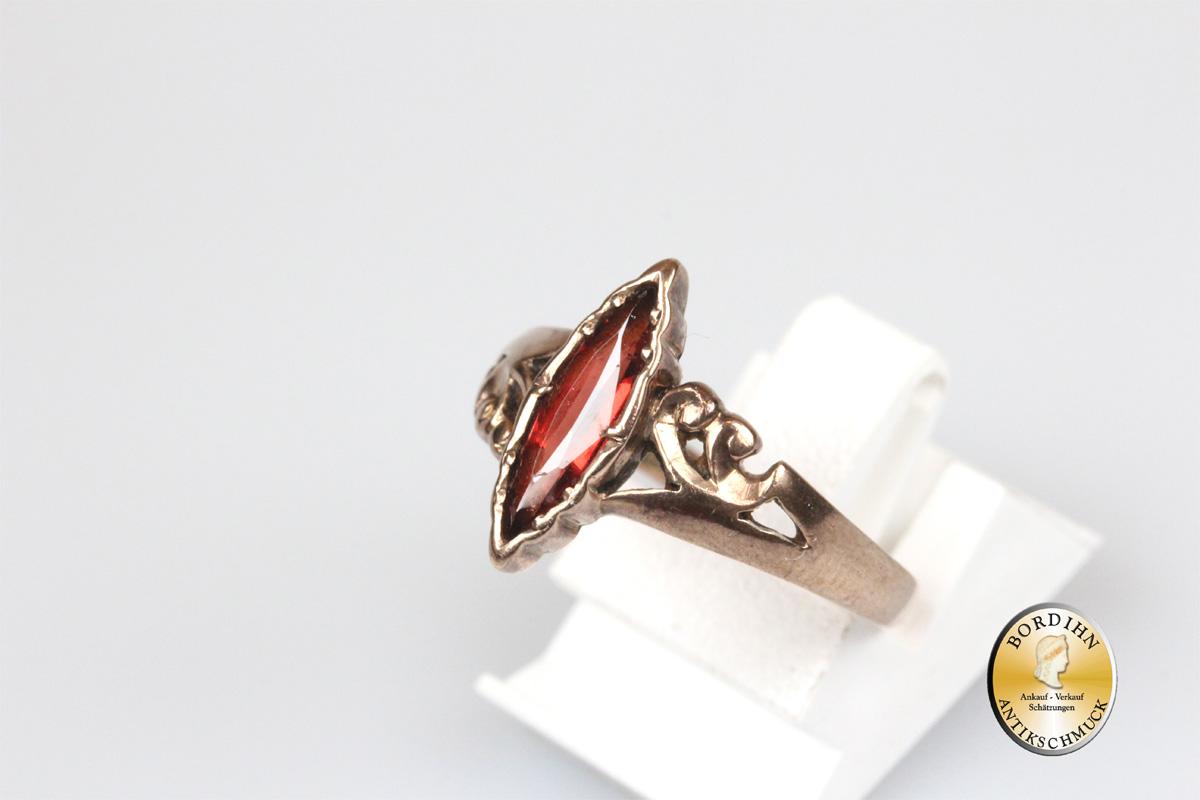 Ring; 8 Karat Gold mit einem Granat, antik