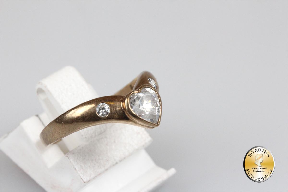 Ring; 8 Karat Gold, weisse Steine