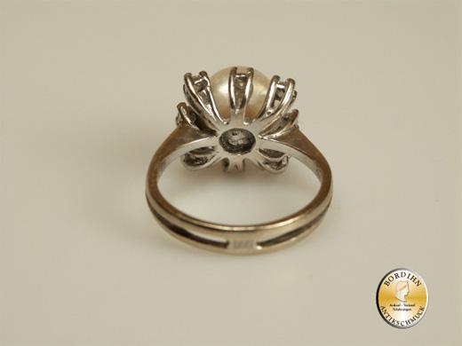 Ring; 18 Karat Weissgold mit Perle und Diamanten 8x0,05