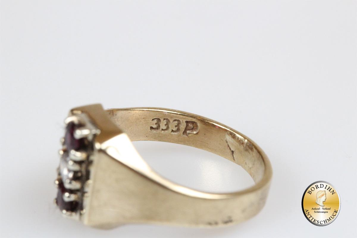 Ring; 8 Karat Gold, zwei Rubine und ein Farbstein