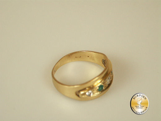 Ring; 18 Karat Gelbgold, 3 Diamanten und 2 Smaragde, antik