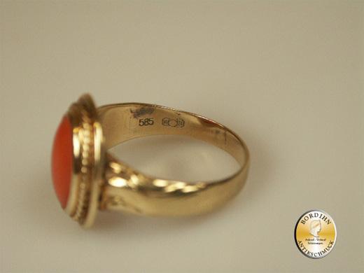 Ring; 14 Karat Gold mit Koralle, um 1960