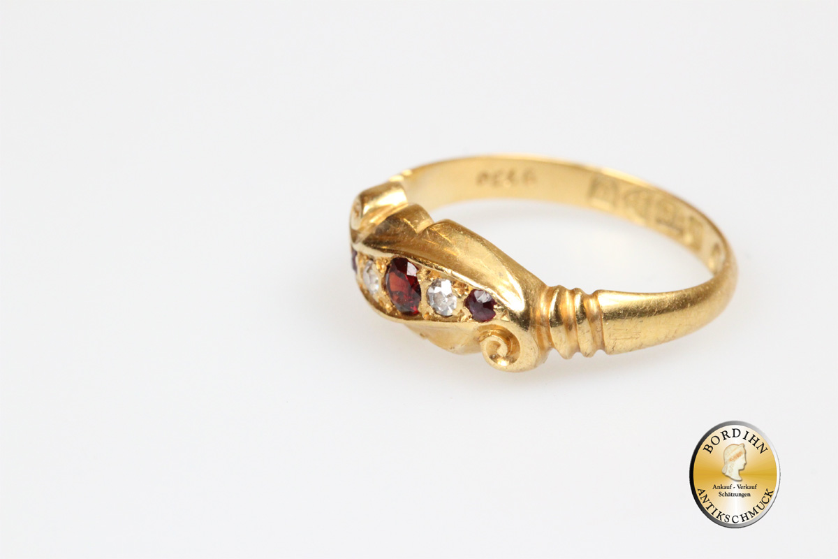Ring; 18 Karat Gold, 3 Rubine, 2 Brillanten, antik