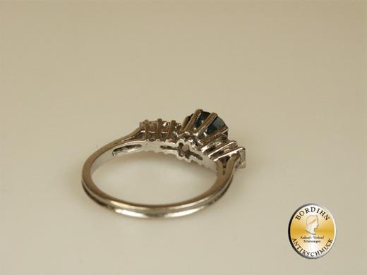 Ring; 18 Karat Weissgold, 1Saphir, 6Brillanten Baguett