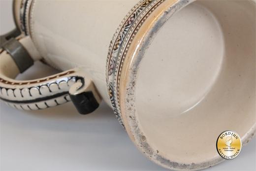 Bierkrug; Keramik, ein Liter, Zinndeckel, Bauernmotiv