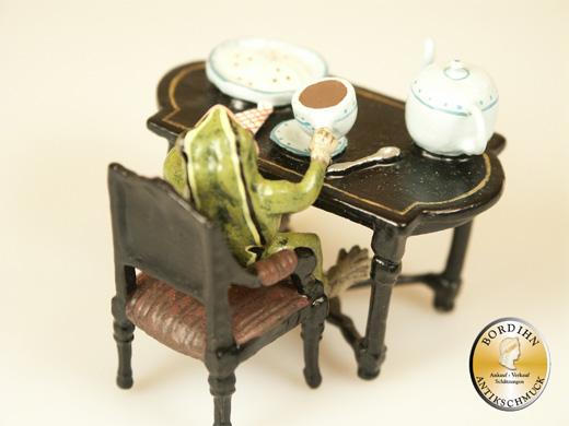 Wiener Bronze, Frosch beim Tee trinken