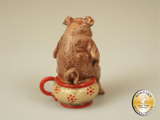 Wiener Bronze, Schwein im Nachttopf