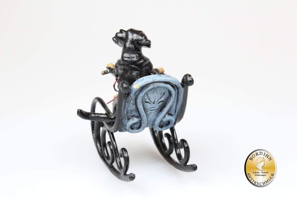 Wiener Bronze; Dackel auf Schaukelstuhl mit Wolle